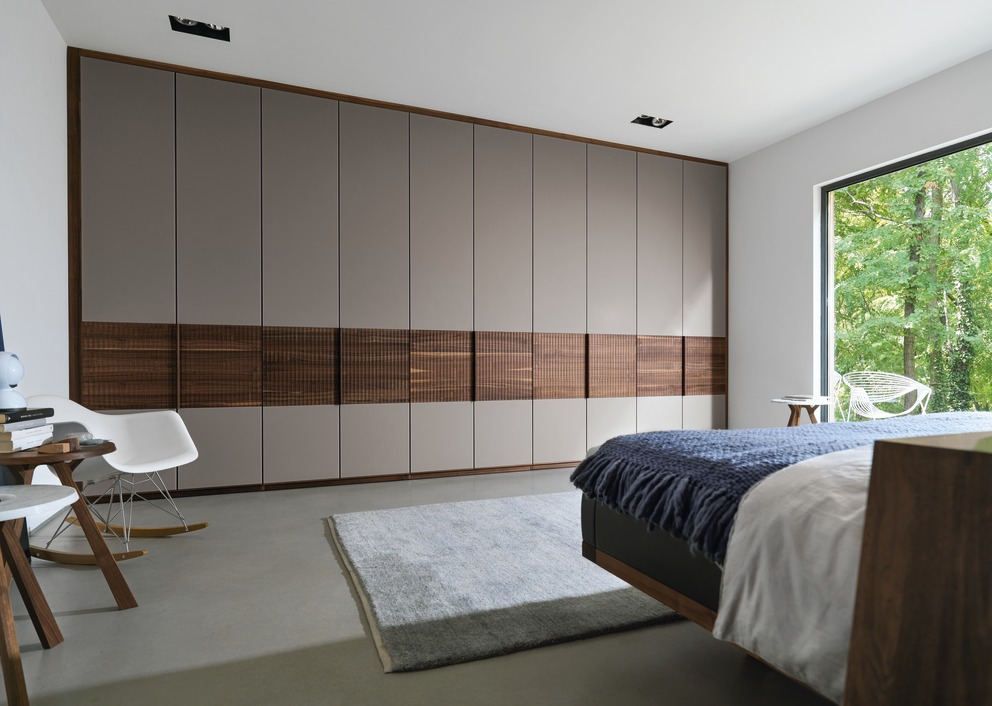 kleiderschrank relief team 7 wohnwiese jette schlund. Black Bedroom Furniture Sets. Home Design Ideas