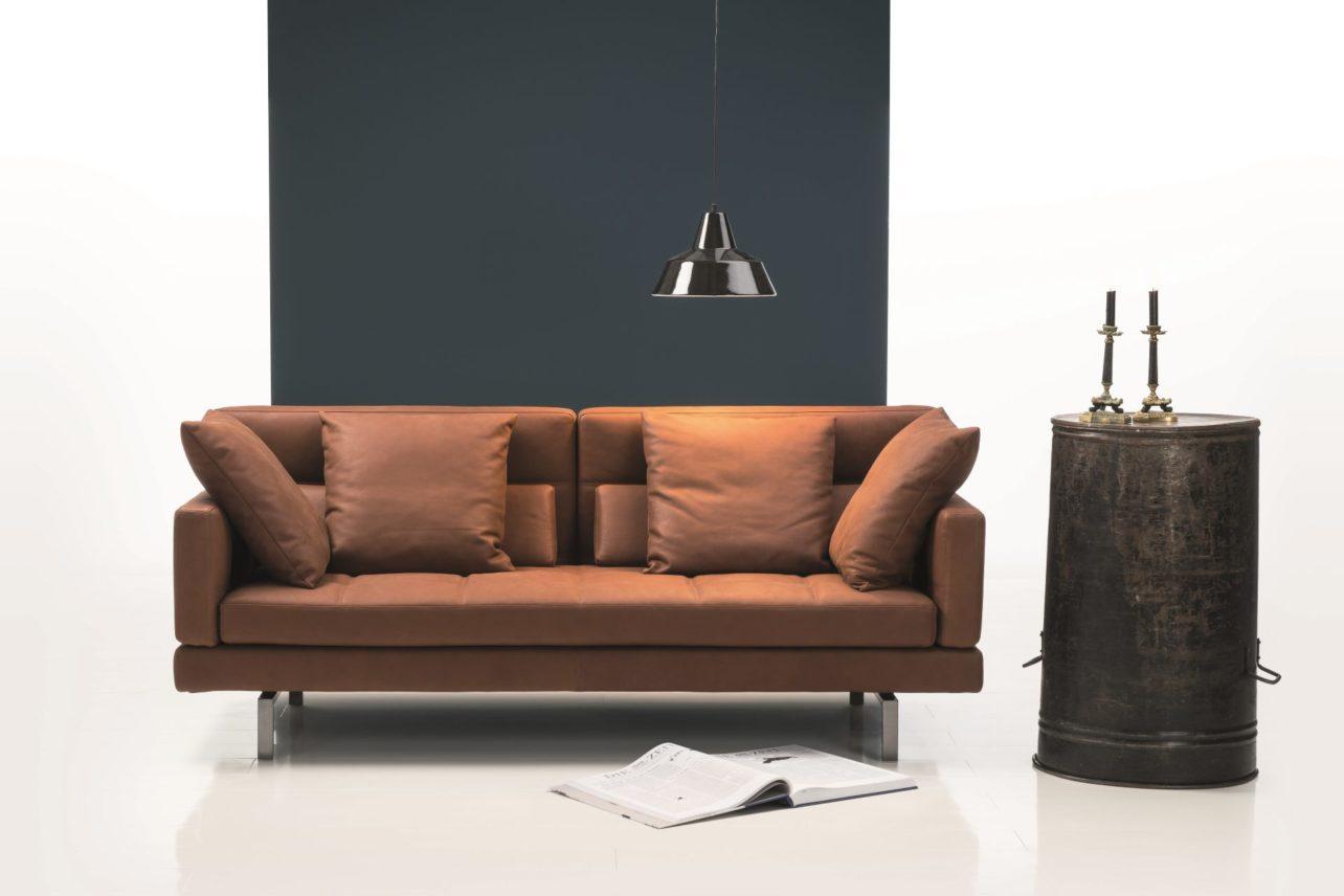 Braunes Ledersofa 2-Sitzer mit Edelstahlkufen. Abklappbare Armlehnen und verstellbarer Rücken