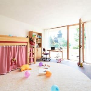 Kinderzimmer Mobile in rosa. Bett Mobile als Mittelbett in Erle.