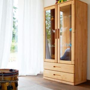 Vitrine Mobile in Erle mit zwei Laden und zwei Türen in Glas.