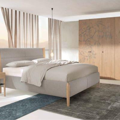 Schlafzimmer Mevisto mit Polsterbett und Schrank mit Ornamentverzierung, Asteiche gebürstet natur geölt.