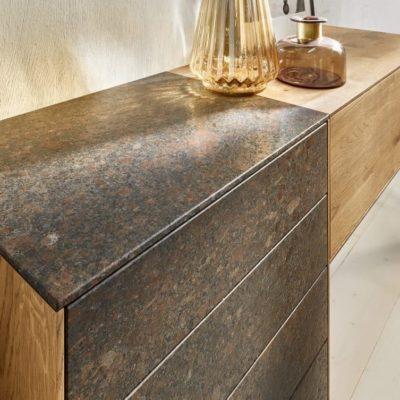 Sideboard Puro Stone, Farbe Coffee Brown, Detailaufnahme Front und Deckel in Stein