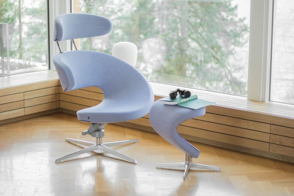 Stufenlos kippbarer ergonomischer Ruhesessel Peel mit optionaler Fußstütze.