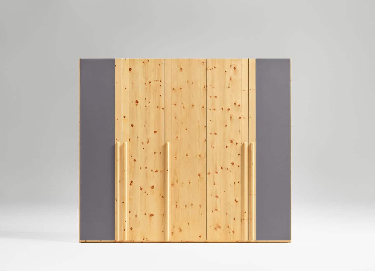 moderner Kleiderschrank Paso in Zirbe geölt mit Glasfronten, grau