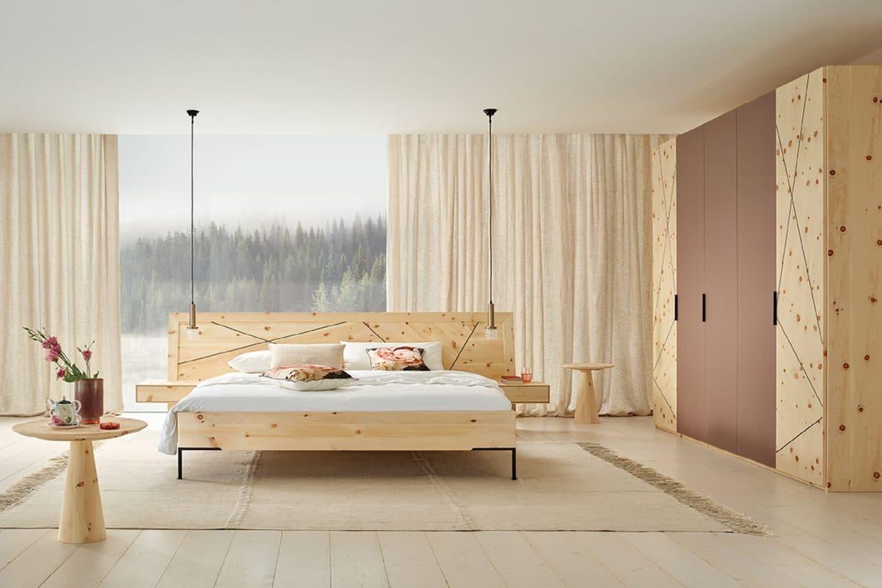 Massivholz-Schlafzimmer Leno in Zirbe natur geölt, Doppelbett mit Nachtkästchen, Schrank mit Glasfronten in Beere lackiert